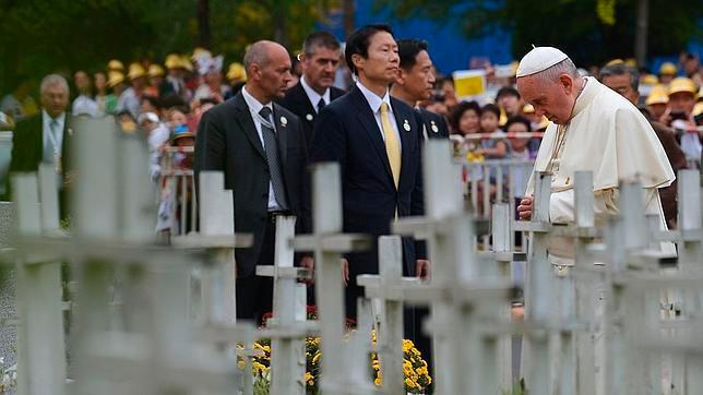 El Papa Francisco reza en un cementerio de fetos abortados en Corea